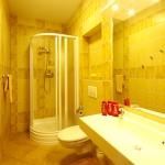 Łazienka w pokojach w DW Polonia